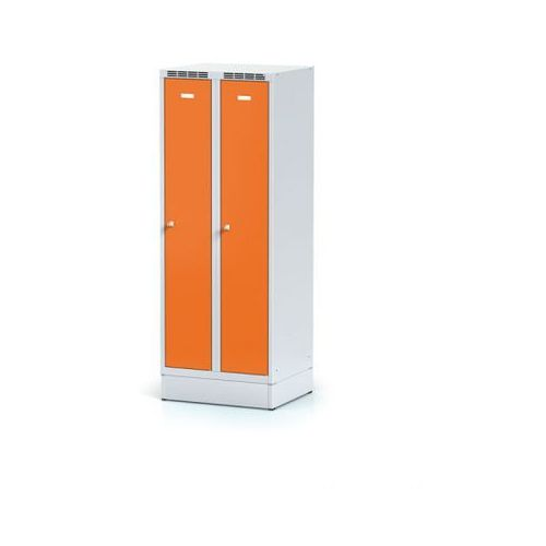 Szafki do przebieralni, Metalowa szafka ubraniowa obniżona, na cokole, pomarańczowe drzwi, zamek obrotowy